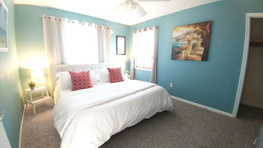 2 King Size Beds! Close To Beaches & Restaurants!