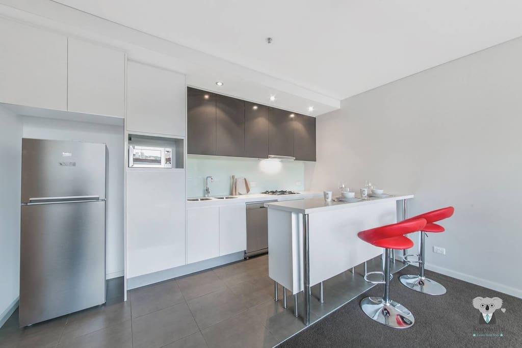 Modern Full Size Kitchen