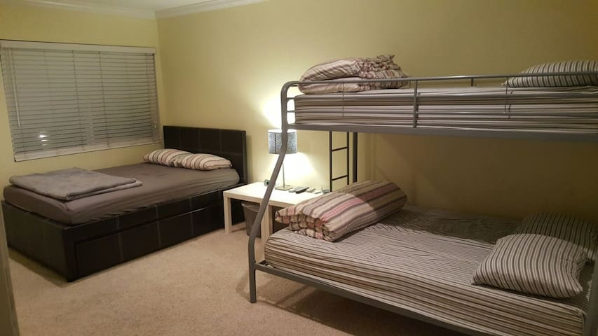 Private Suite Room with 2 Full And 2 Twin beds - El Monte - Apartmen