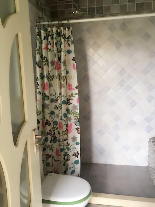 2间浴室,客人可以享用这一间