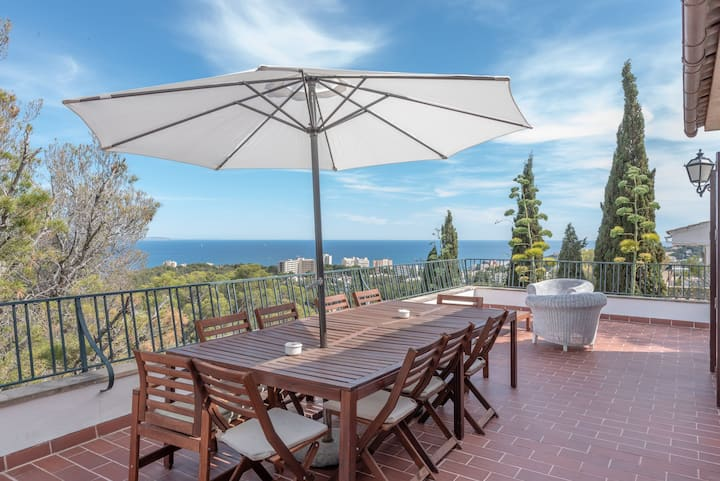 Cosy Villa with Wi-Fi & Terrace; Parking Available