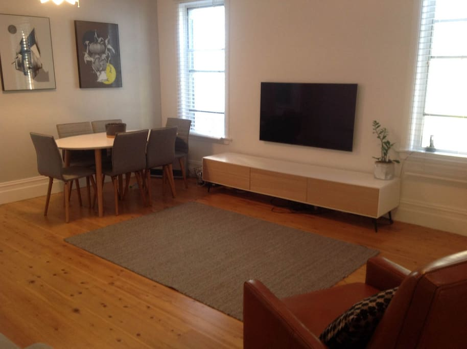 Large lounge with 6 seat dining table (can be extended to 8)