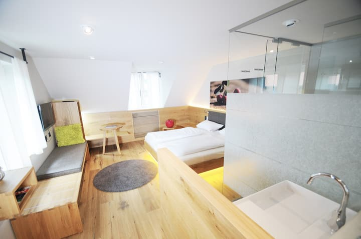 Hotel Waldvogel (Leipheim), Doppelzimmer in modernem Holzambiente und Regendusche