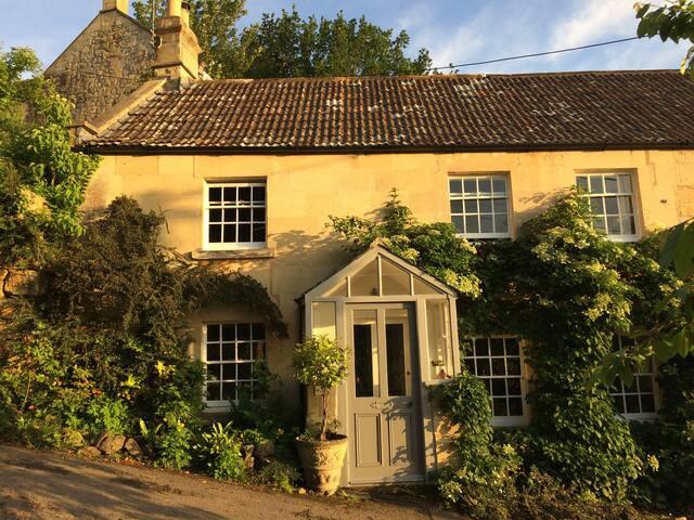 Very close to Bath, beautiful cottage + garden