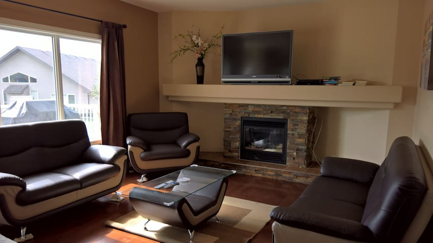Long Term Discount: Million Dollar Home By Henday!