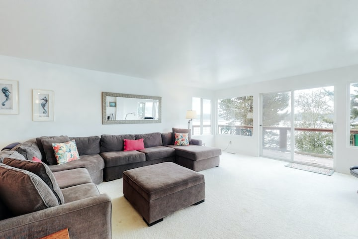 Bay front family-friendly retreat w/beach access, gas grill, and wood fireplace