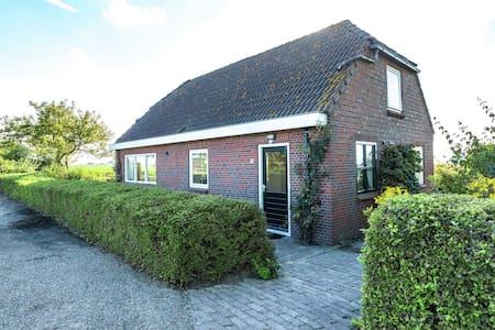 Espaciosa Casa de vacaciones en Finsterwolde con barbacoa