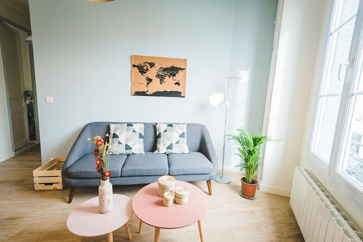 Bienvenue dans le salon de cet appartement, moderne et lumineux !  |  |  Welcome to the living-room of this apartment, modern and very bright !