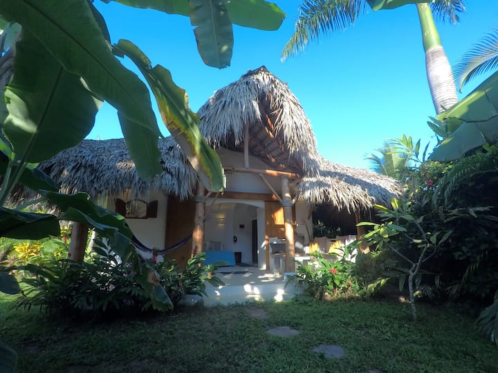 Dream Tropical Bungalow. 2 min. walk to BEACH.
