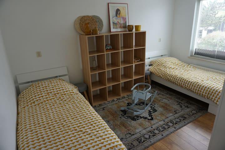 Slaapkamer 2 met 2 eenpersoonsbedden, vakkenkast en garderobekast