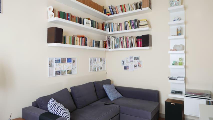 Soggiorno con libreria Living room with library