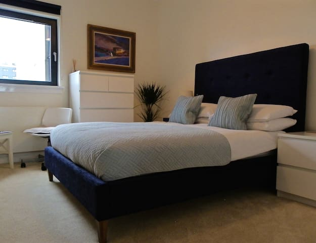 Modern double bedroom with private bathroom - Glasgow
