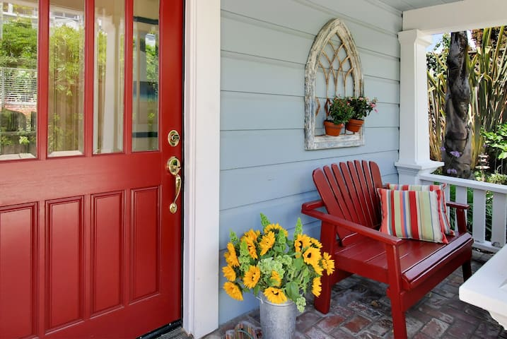 A relaxing seaside cottage in the heart of Seabright Beach!