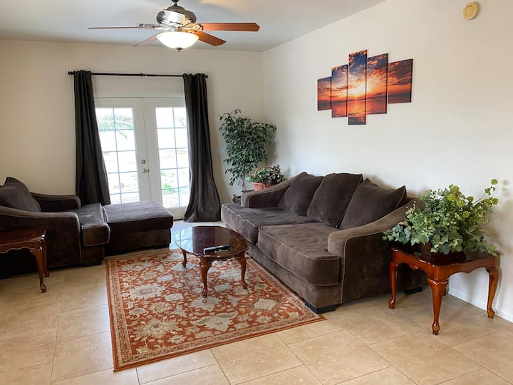 Large Guest House with Pool - Close to the strip