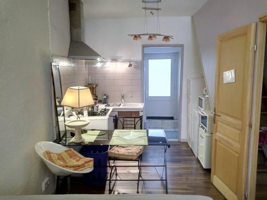 Porte d'entrée studio cuisine avant la porte salle d'eau derrière la porte toilette