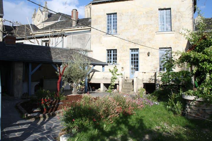Angers/Saumur : Grande maison de bourg en Anjou. - Brion - Huis
