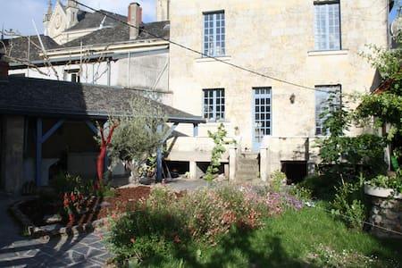 Angers/Saumur : Grande maison de bourg en Anjou. - Brion