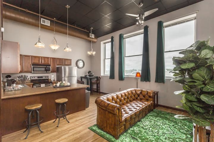 ✦ Immaculate Loft w/ Gym! ✦ Heart Of Downtown! ✦