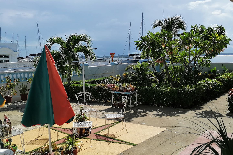 Patio y terraza interior con variedades de plantas y para el disfrute de hermosas vistas al mar