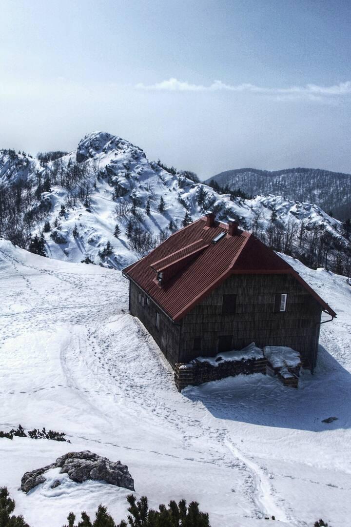 Schlosserov Dom hut in winter