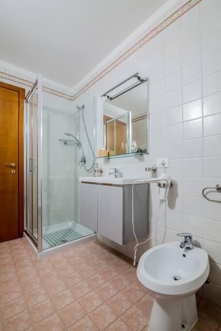 bagno confortevole dotato di phon, biancheria e kit di benvenuto