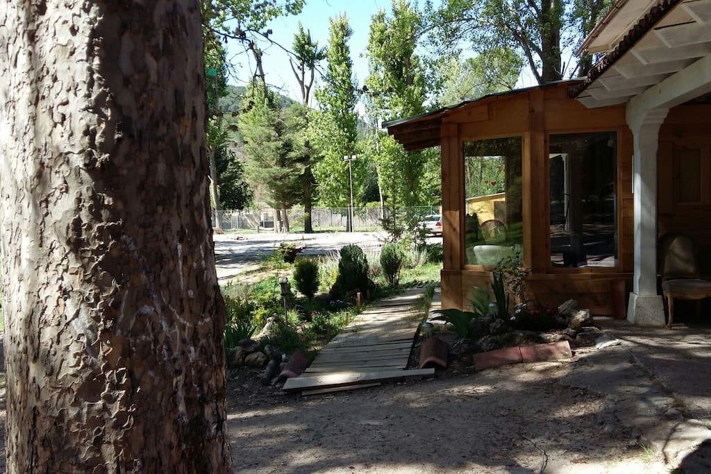 El jardín y el porche.