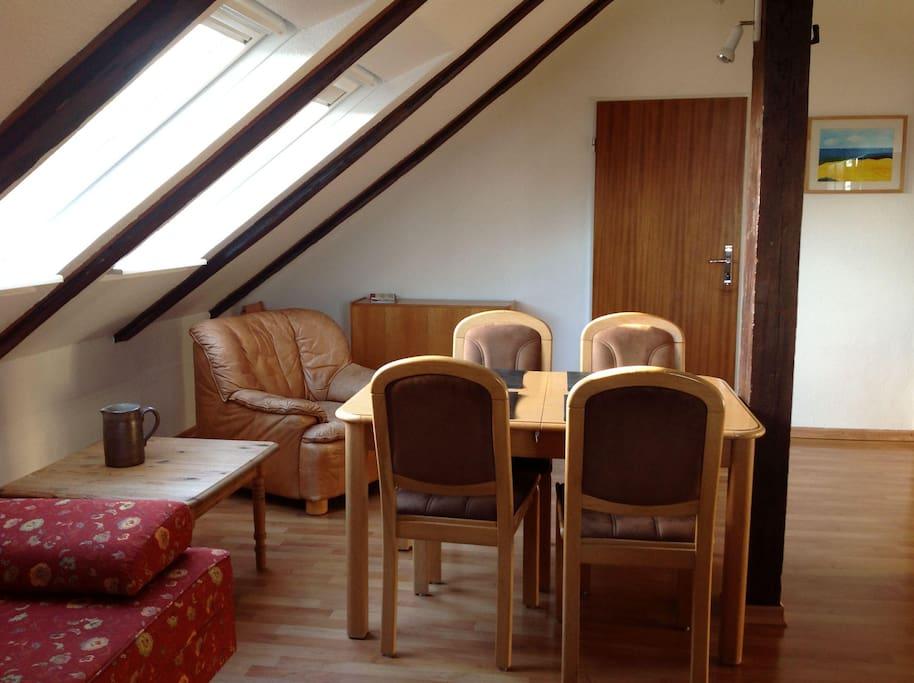 Das geräumige Wohnzimmer (Essecke)