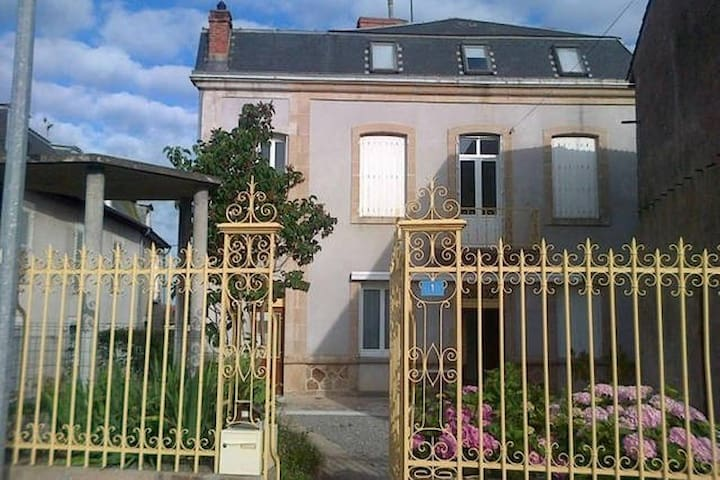 House with wonderful city view - Châteauponsac - Huis