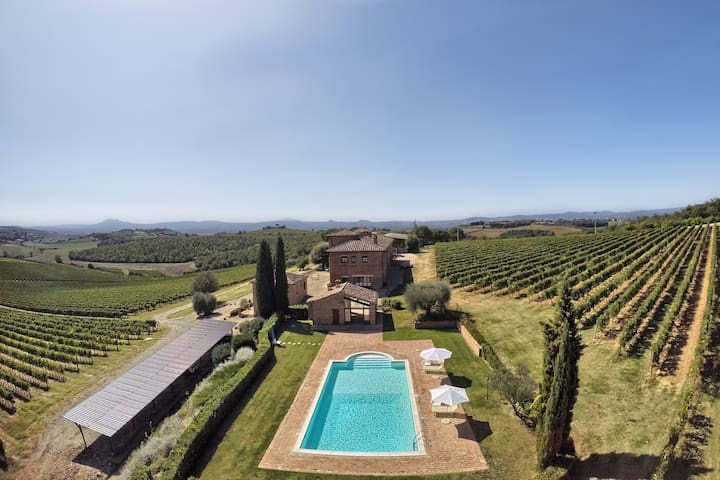 Tuscany | Wine farm Terrarossa with pool and view