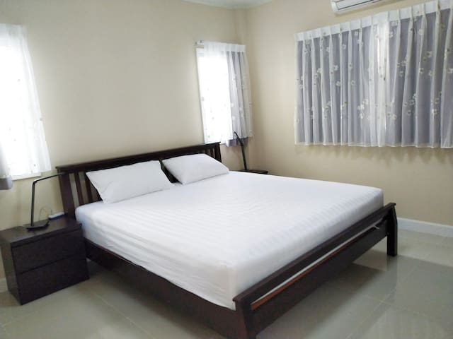 Room 101, located on the first floor, does not need to climb stairs, the bathroom is right by the door, suitable for elders with limited mobility at home