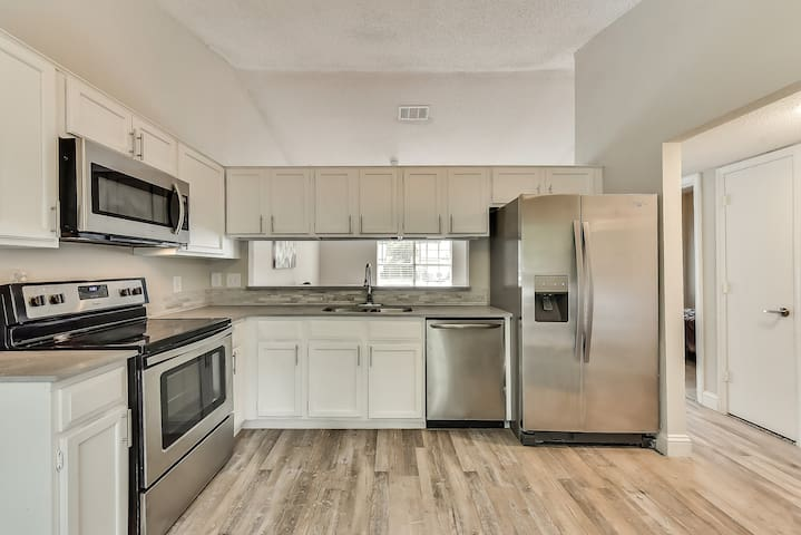 Modern Escape close to AT&T Stadium/Six Flags/DFW