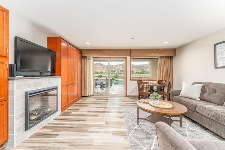 Grandview River View 644! Luxury Waterfront condo, sleeps up to 4!