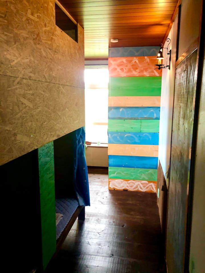 ボックスタイプのミックスドミトリー6人部屋の中の1ベッド分、庭付きテラス付きの一軒家