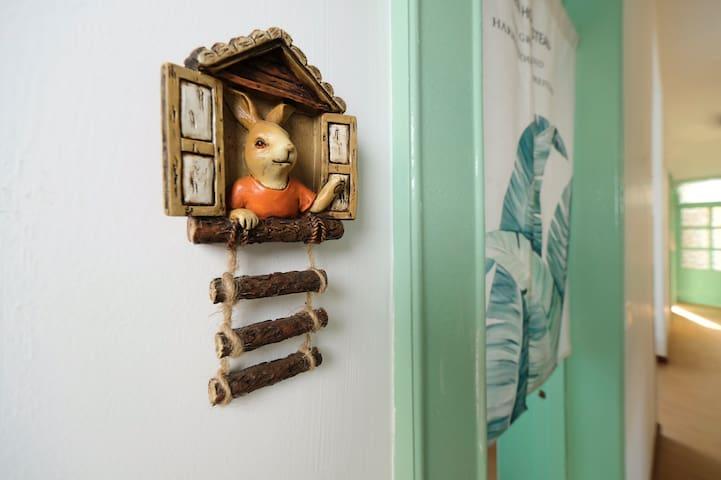 卧室门口兔子小景