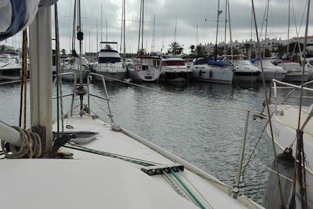 ALOJARSE EN UN VELERO AMARRADO EN  PUERTO - Boat