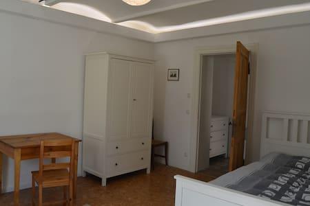 Tolles Zimmer in sanierter Villa mit großem Garten