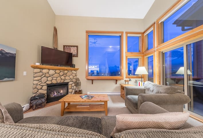"""The large windows provide outstanding views of the surrounding mountains. We also have a smart tv and fireplace if you want to cozy up and watch Netflix.   """"Andrea and Tim have a lovely space in Canmore"""" - Christine"""