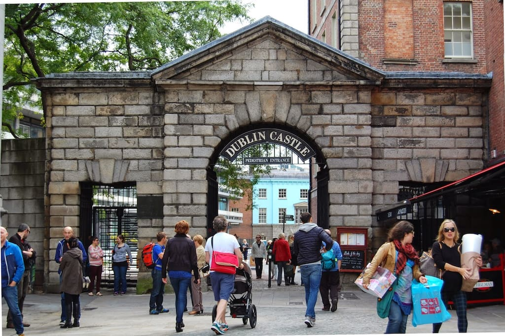 Fantastic views of Dublin Castle Gates! Right opposite Dublin Castle Gates - Perfect location!!