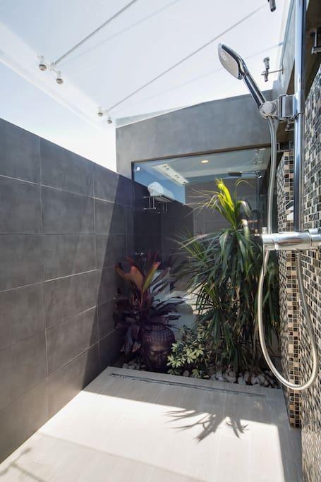 Open sky shower - Junior King Suite