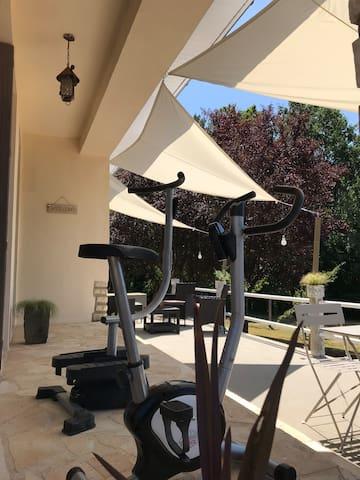 Vélos pour les courageux sur terrasse extérieure