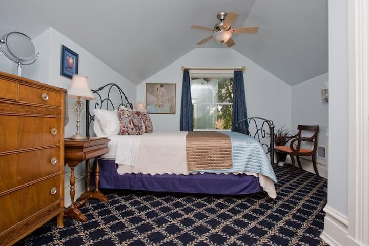 """Snug """"Blue Hills Suite"""" ,Winters Historic District"""