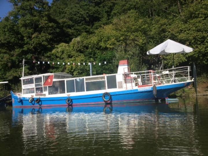 hausboot, romantisches altes fahrgastschiff