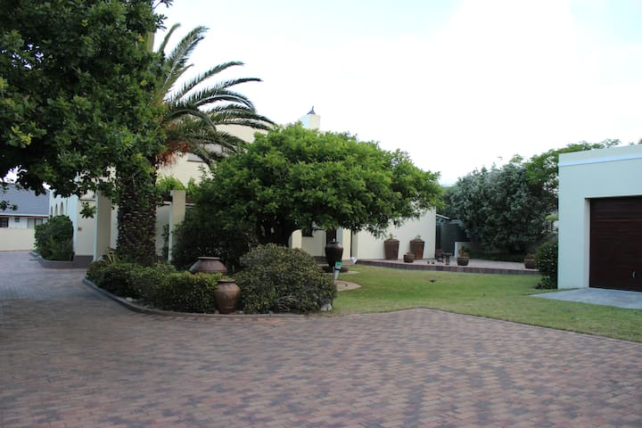 Smuts Ave. Guest Rooms. (The yellow room) - Hermanus - 一軒家