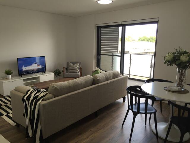 Stylish Brand New 1 Bed +Study Apartment w Parking - Saint Peters