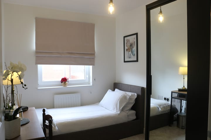 Private Room in Modern Home in Erith