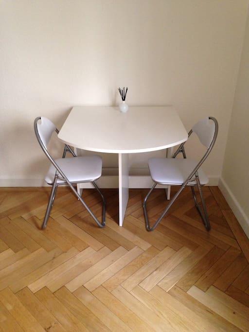 Table (dépliable pour 4 personnes)