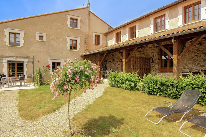 Geräumiges Ferienhaus auf einem schönen Grundstück mit einem beheizten Pool.