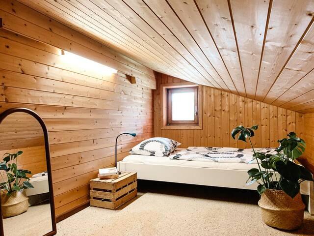 Schlafzimmer - Obergeschoss  Das Zimmer hat keine Stehhöhe, max. Höhe sind ca 1,60 m und wird aufgrund der Dachschräge noch niedriger  Ideal als Kinderzimmer