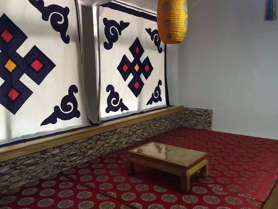 外间是一张5米长的榻榻米,备有小桌,可在上饮茶。