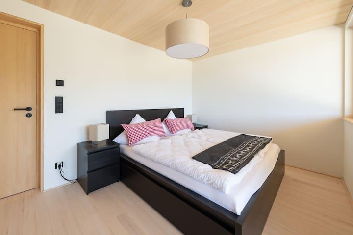 Schlafzimmer mit Fernblick und grossem Doppelbett